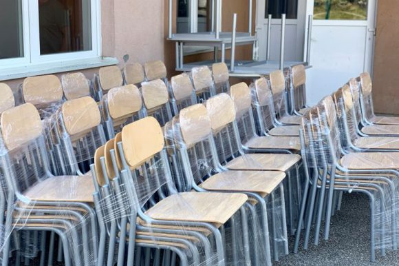 Ministar Ramić u Nezuku: Donirane stolice pred početak nove školske godine